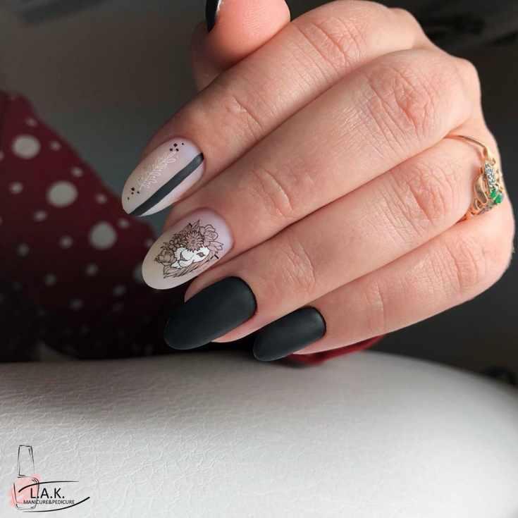 Молочный белый с черным матовый маникюр с вертикальной полоской и наклейками на длинные миндалевидные ногти