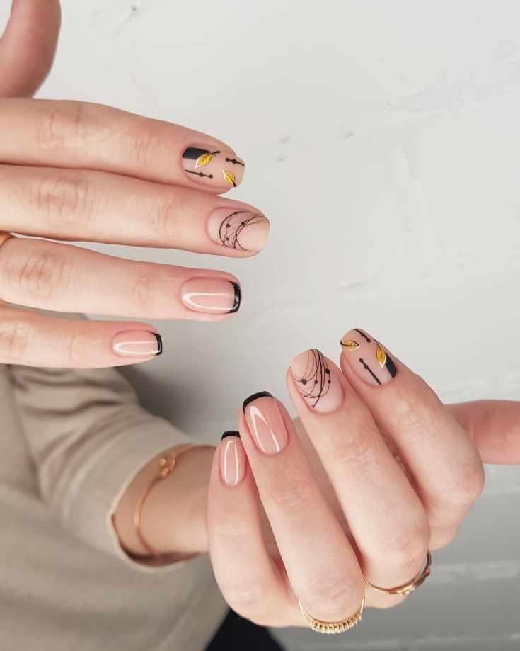 Нюдовый маникюр черный френч с полосками гель лака и матовым осенним дизайном на короткие ногти квадратной формы