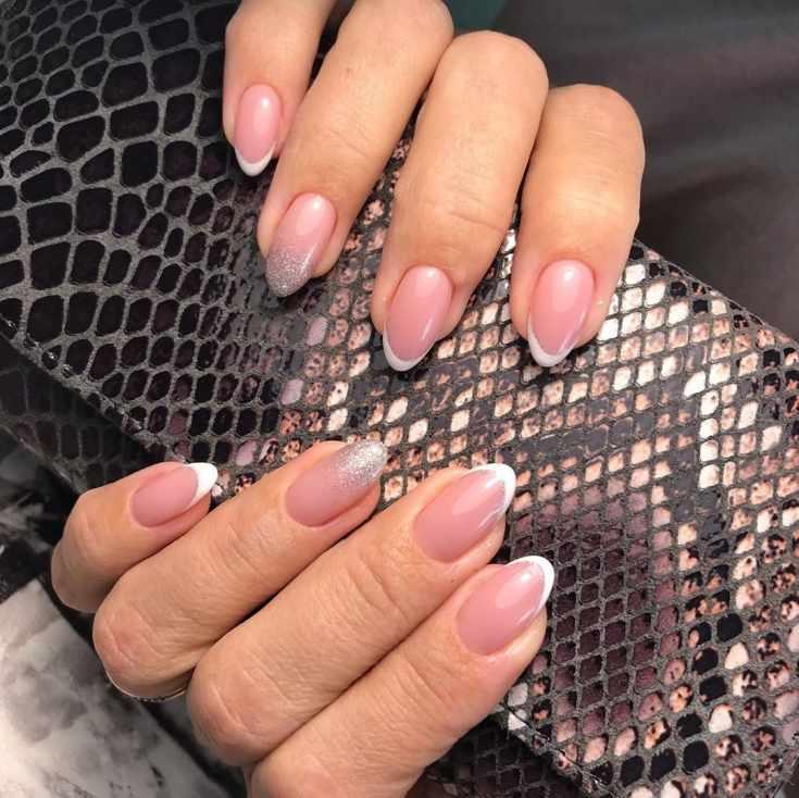 Свадебный маникюр френч на миндальные ногти с белой улыбкой