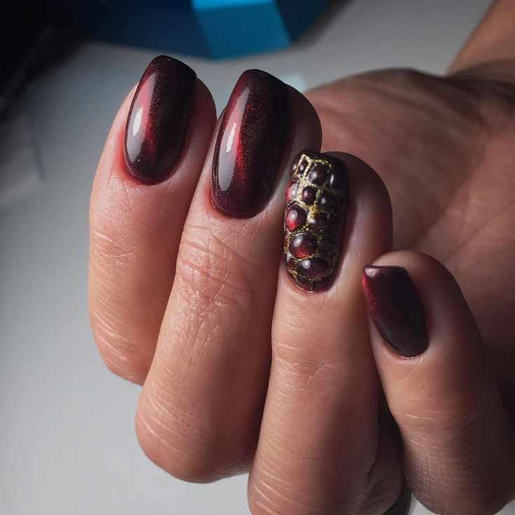 рептилия на ногтях