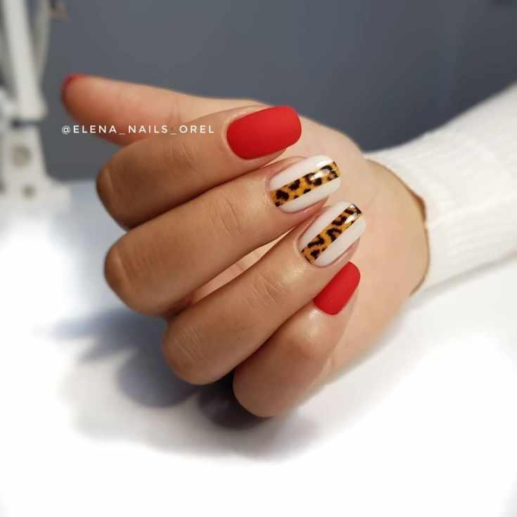 Матовый красный и молочный белый маникюр на короткие квадратные ногти с вертикальными полосками в леопардовом стиле