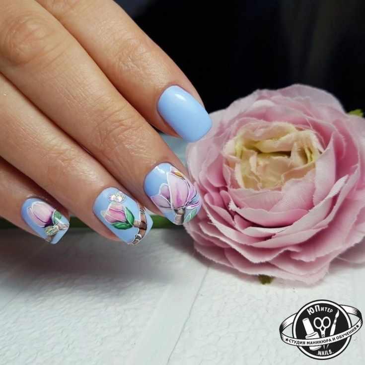 Голубой маникюр на короткие квадратные ногти с цветочными рисунками и стразами