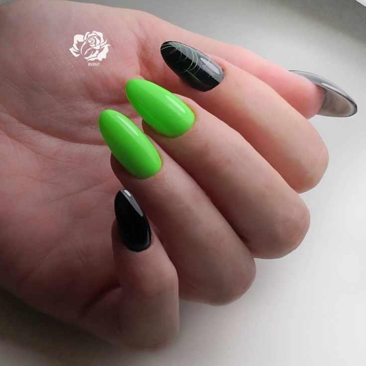 Кислотный зелёный с чёрным маникюр на длинные миндальные ногти с полосками зеленого гель лака