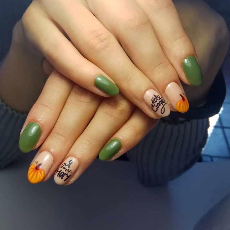 Зеленый с бежевым маникюр на овальные ногти средней длины с надписями и рисунками тыквы