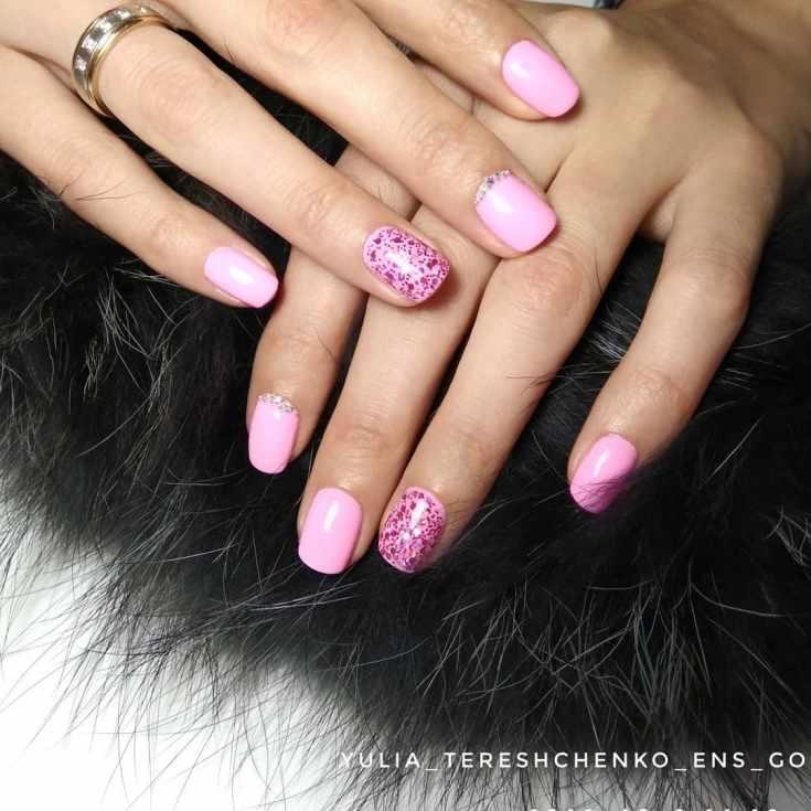 Однотонный розовый свадебный маникюр на короткие квадратные ногти с блестками и бульонками