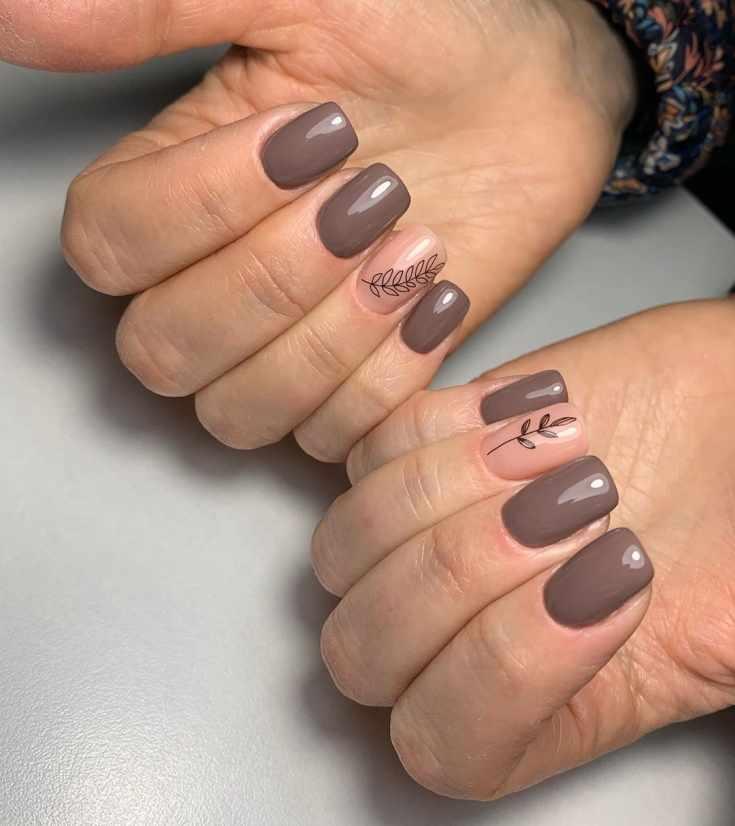 Короткий тёмно-бежевый маникюр квадрат с рисунками веточек на безымянном нюдовом ногте