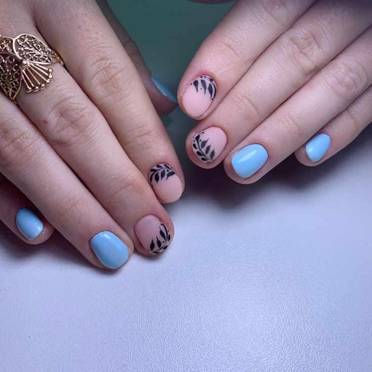 Матовый нюдовый с черными рисунками растений и голубой глянцевый маникюр на короткие овальные ногти