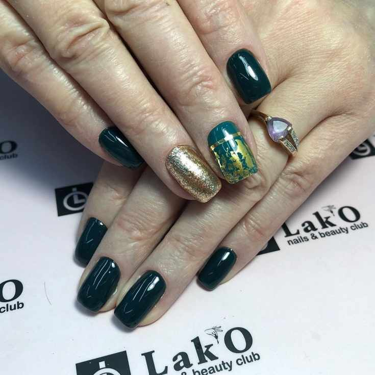 Темно-зеленый маникюр на короткие квадратные ногти с золотым и изумрудным осенним дизайном на двух ногтях