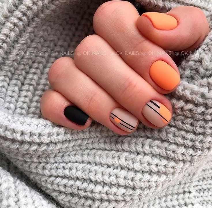 Матовый оранжевый с черным и нюдовым маникюр на короткие ногти с вертикальными полосками
