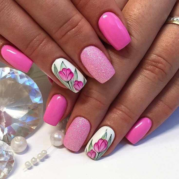 Розовый с белым маникюр квадрат с глиттером и рисунками тюльпанов
