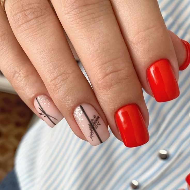 Красный глянцевый с нюдовым матовым маникюр на короткие квадратные ногти с вертикальными полосками и рисунками
