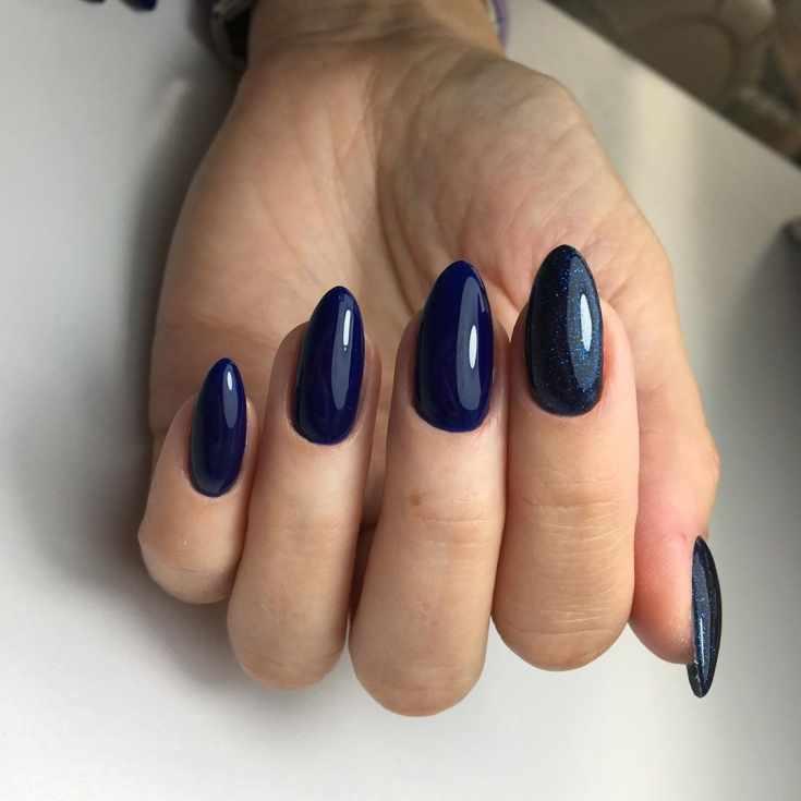Глянцевый и блестящий синий маникюр на миндальные ногти средней длины
