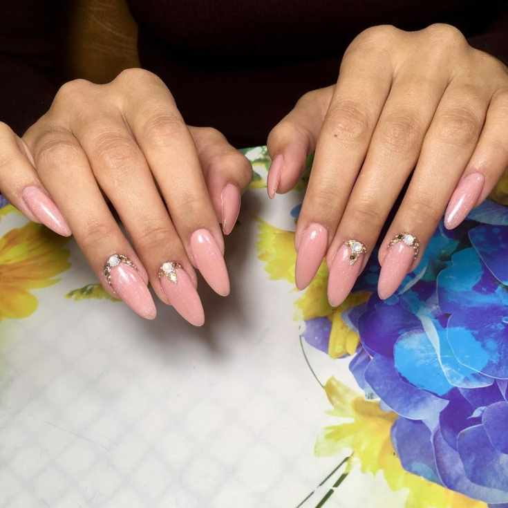 Свадебный маникюр нюд на длинные миндалевидные ногти со стразами и бульонками
