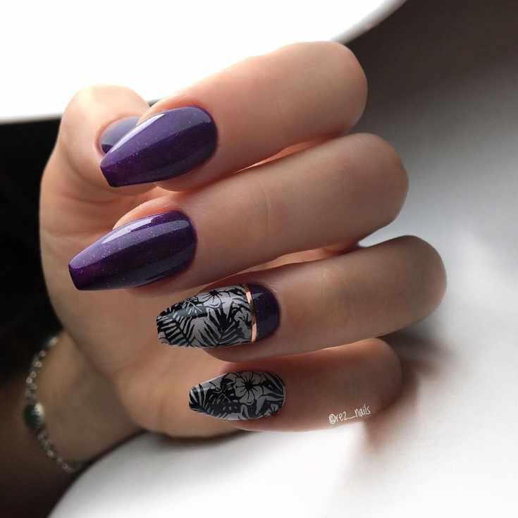 Фиолетовый с черным и серым маникюр на длинные ногти формы балерина с горизонтальной золотой полоской и контурами тропических растений