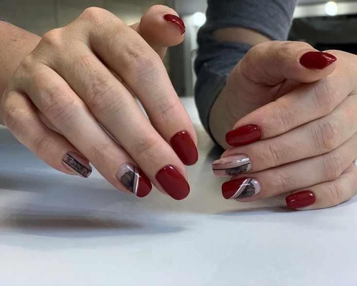 Нюдово-красный квадратный цветочный маникюр с серебристыми и чёрными вертикальными полосками