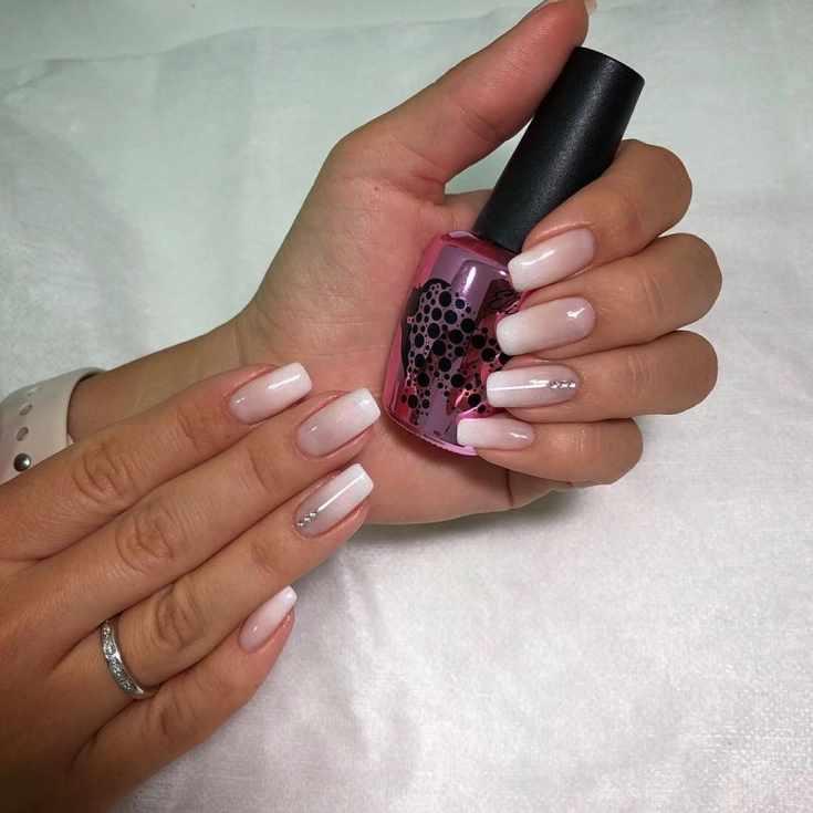Свадебный нюдовый маникюр градиент со стразами на квадратные ногти