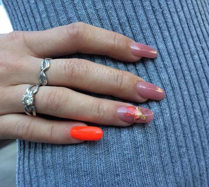 Нюдовый миндалевидный маникюр с осенним листиком на безымянном ногте и оранжевым цветом на мизинце