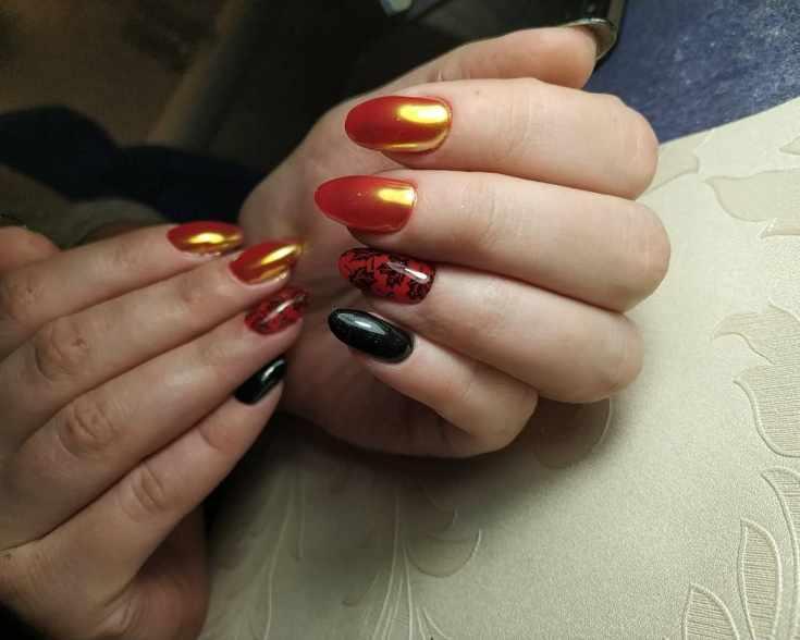 Красный с черным маникюр с втиркой на средний миндаль с осенними листиками на безымянных ногтях