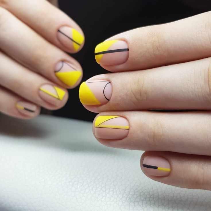 Матовый желтый с нюдовым и черным маникюр геометрия с полосками на короткие квадратные ногти