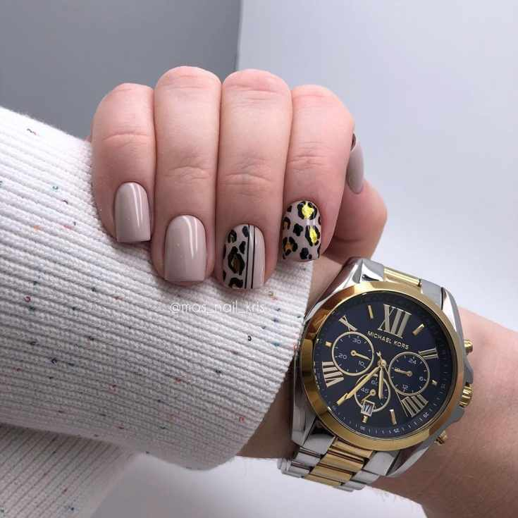 Бежевый маникюр на короткие квадратные ногти с черно-золотыми рисунками в леопардовом стиле и вертикальными полосками