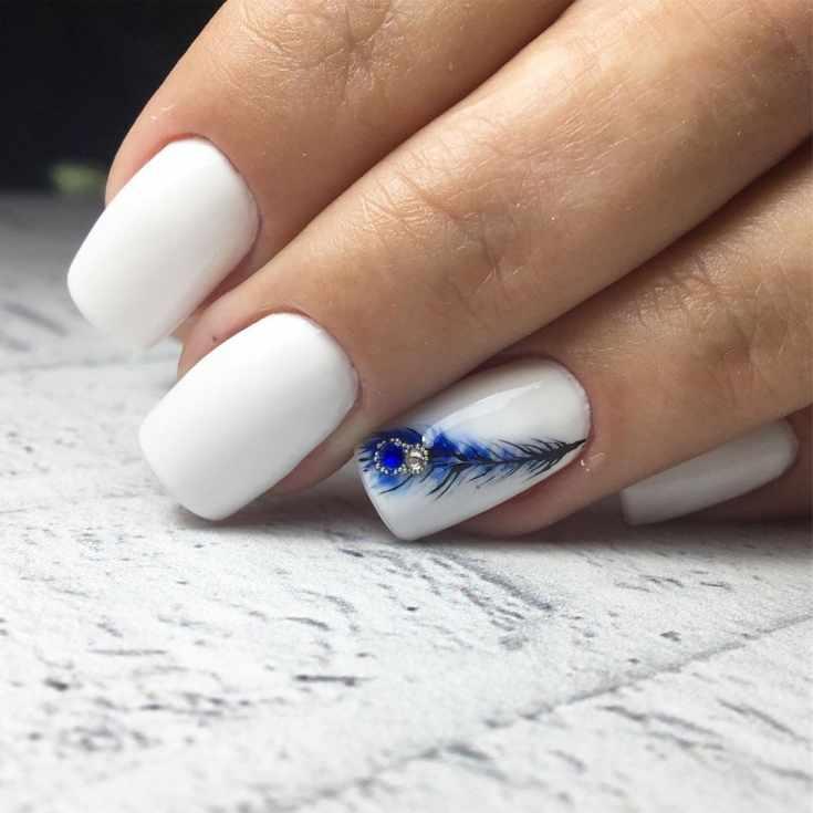 Маникюр синий с белым