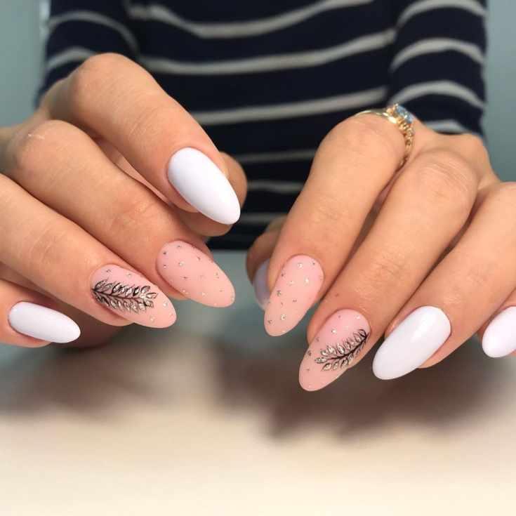 Матовый белый с бежевым маникюр на осень на длинные миндальные ногти с серебристыми точками и рисунками веточек