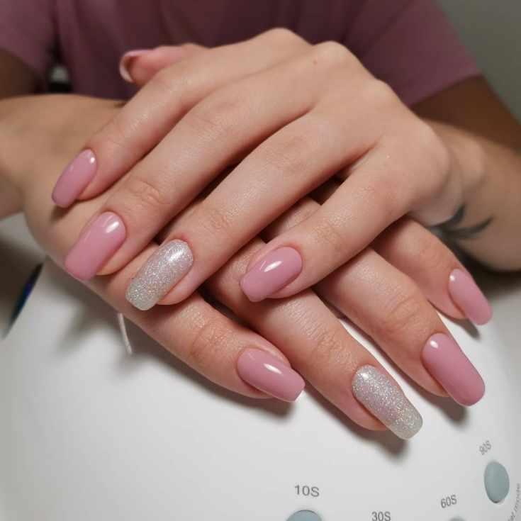 Розовый маникюр на длинные квадратные ногти с серебристым глиттером на безымянных пальцах