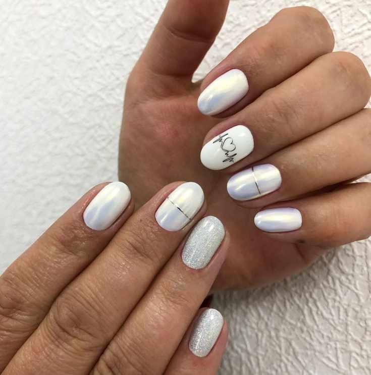 Белый перламутровый свадебный маникюр на короткие ногти с блёстками и горизонтальными полосками