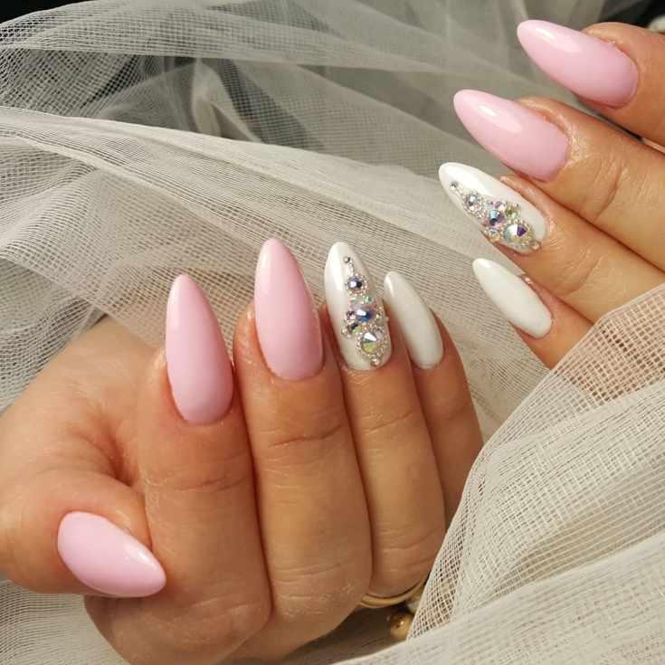 Белый с розовым длинный свадебный маникюр на миндальные ногти со стразами и бульонками