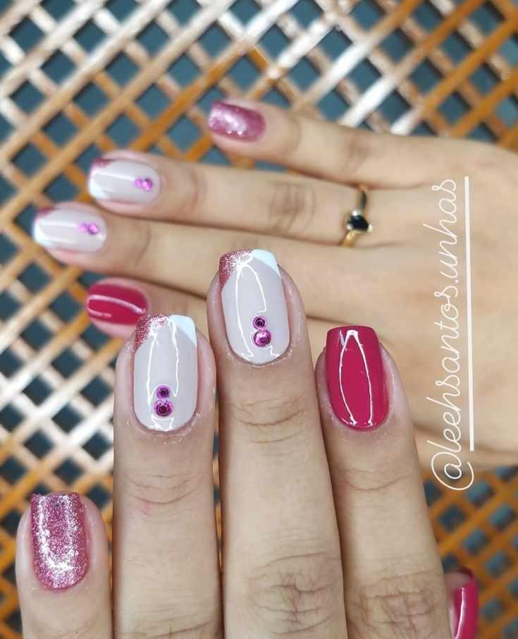 Розовый с серым маникюр косой френч на двух пальцах на квадратные ногти с блестками и стразами