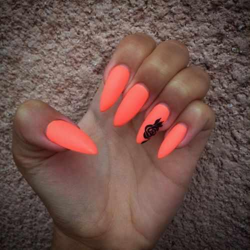 оранжевый маникюр ногтей миндалевидной формы