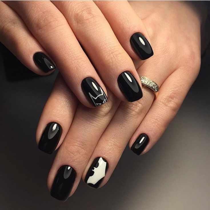Черный дизайн ногтей короткий квадрат в стиле Бэтмена с белой летучей мышью