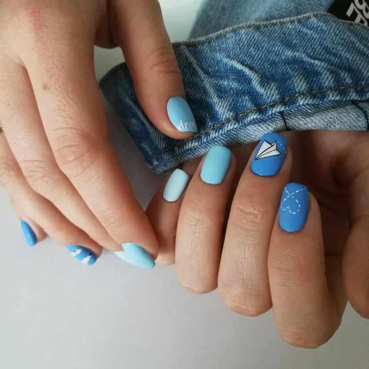 Весенний маникюр в голубых тонах