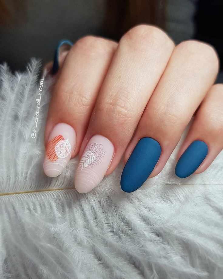 Матовый нюдовый с синим маникюр на длинный миндаль с осенним дизайном на двух ногтях
