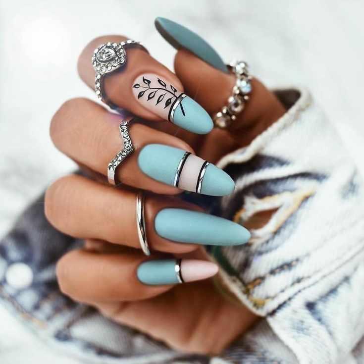 Матовый голубой с нюдовым осенний маникюр на очень длинные миндальные ногти с горизонтальными полосками и веточкой