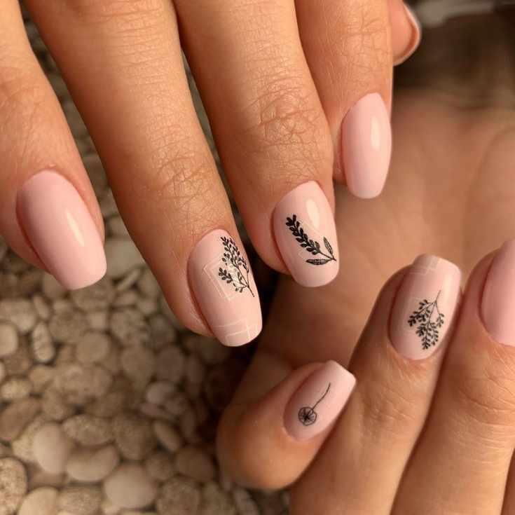 Нежный нюдовый маникюр на средние квадратные ногти с белыми квадратами и черными рисунками растений