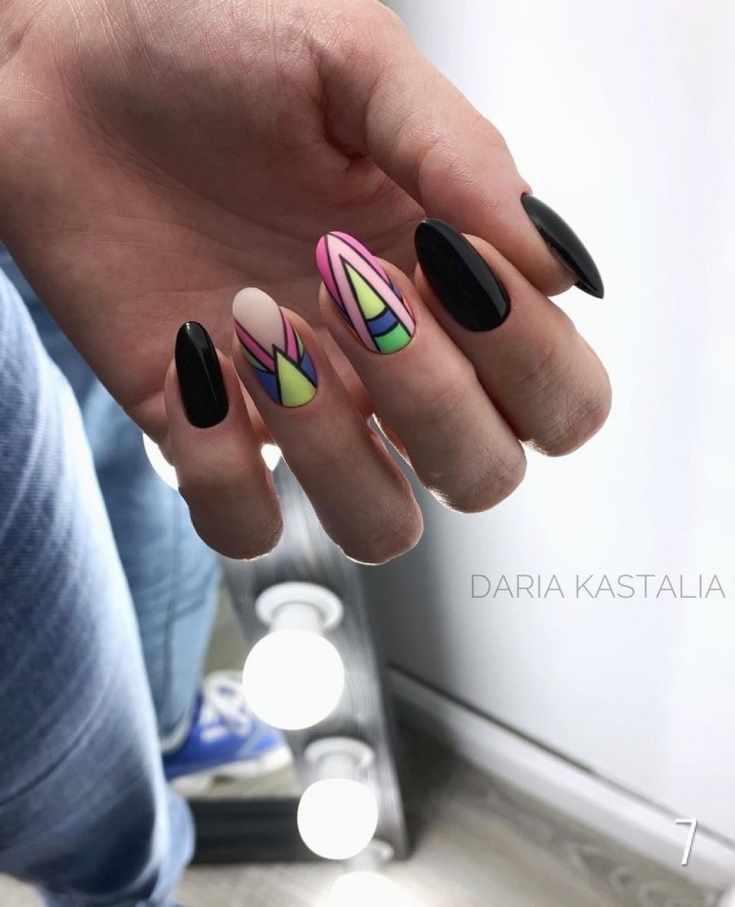 Черный маникюр на длинные миндальные ногти с геометрическим дизайном двух ногтей в разноцветных оттенках