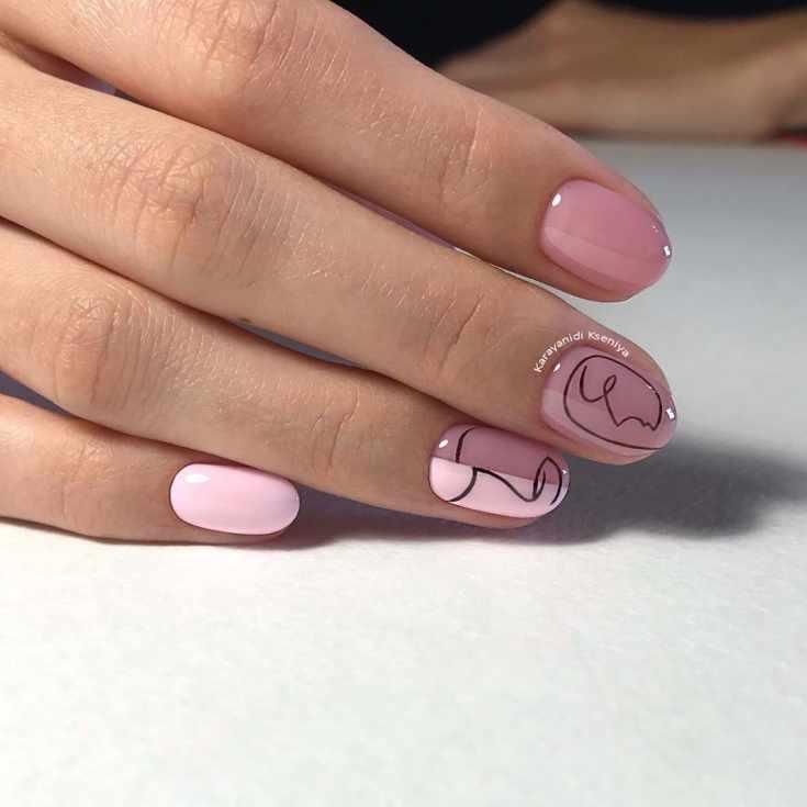 Розовый с нюдовым маникюр на короткие овальные ногти с черными абстрактными рисунками контуров человеческих лиц