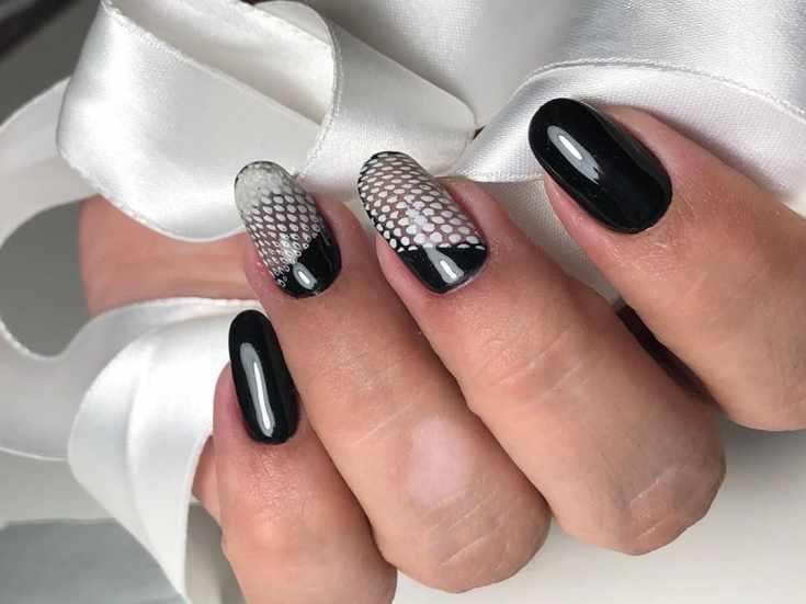 Черно-белый маникюр с прозрачными участками на длинные овальные ногти с необычным дизайном