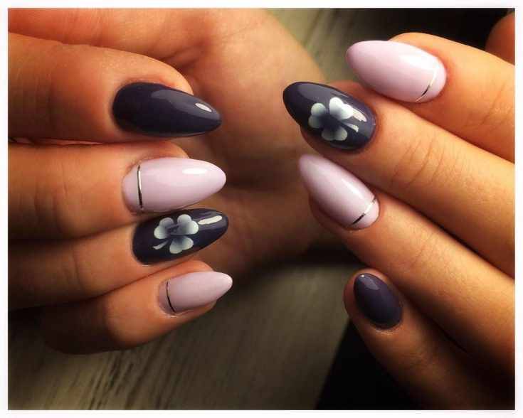 Розовый с фиолетовым маникюр на средние овальные ногти с серебристыми лентами и рисунками клевера