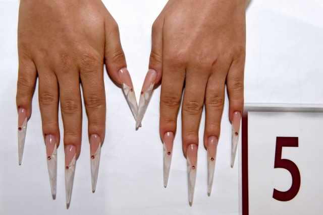 модный дизайн ногтей от чемпионов белые стилеты со стразинкой design of extension of long nails