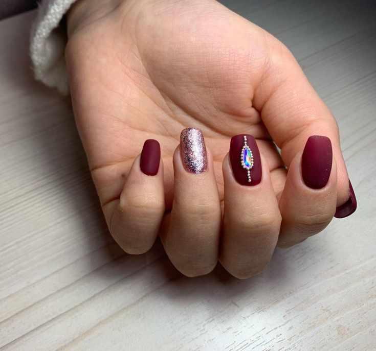 Бордовый матовый маникюр осень с глиттером и бульонками с большим камнем на квадратные ногти средней длины