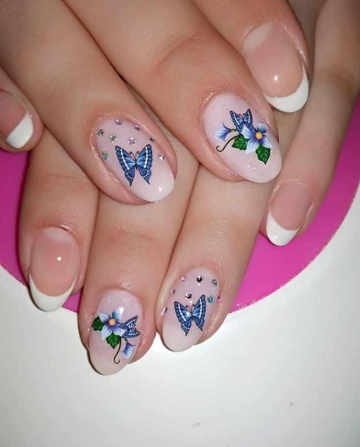 Розовый маникюр с бабочками