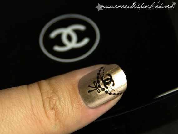 дизайн ногтей шанель чёрное на золотом