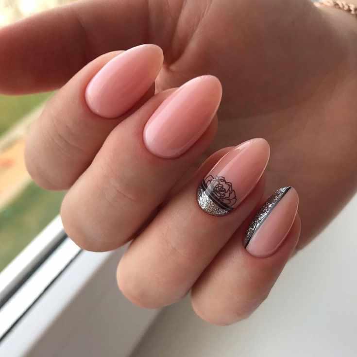 Нежный розовый маникюр на миндальные ногти средней длины с серебристым глиттером и черными полосками с контуром цветка на безымянном пальце