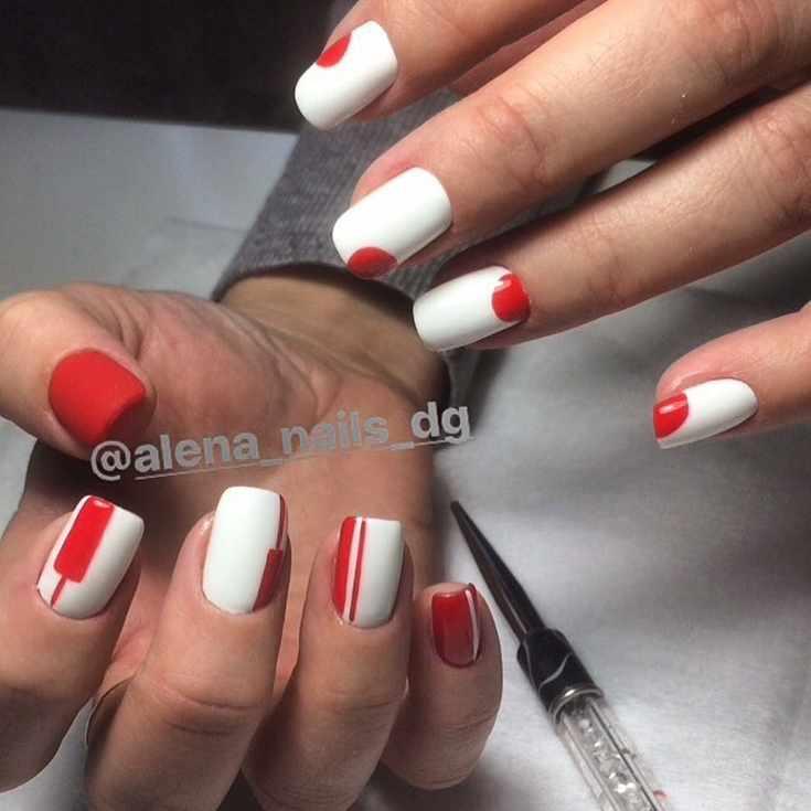 Красный маникюр с белыми полосками