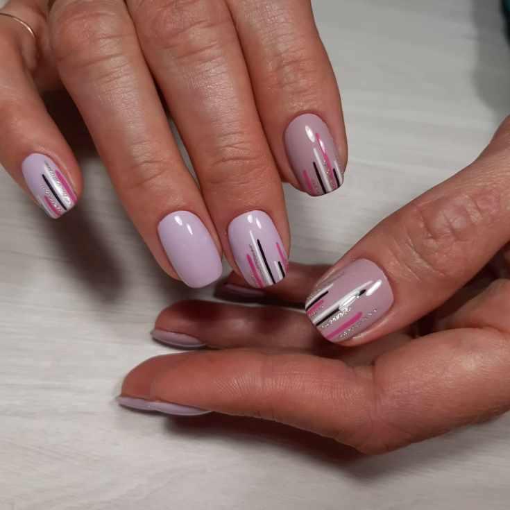 Сиреневый маникюр с разноцветными вертикальными полосками и глиттером на короткие ногти формы квадрат
