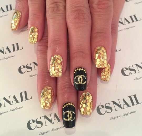 дизайн ногтей шанель крупные золотые блёстки