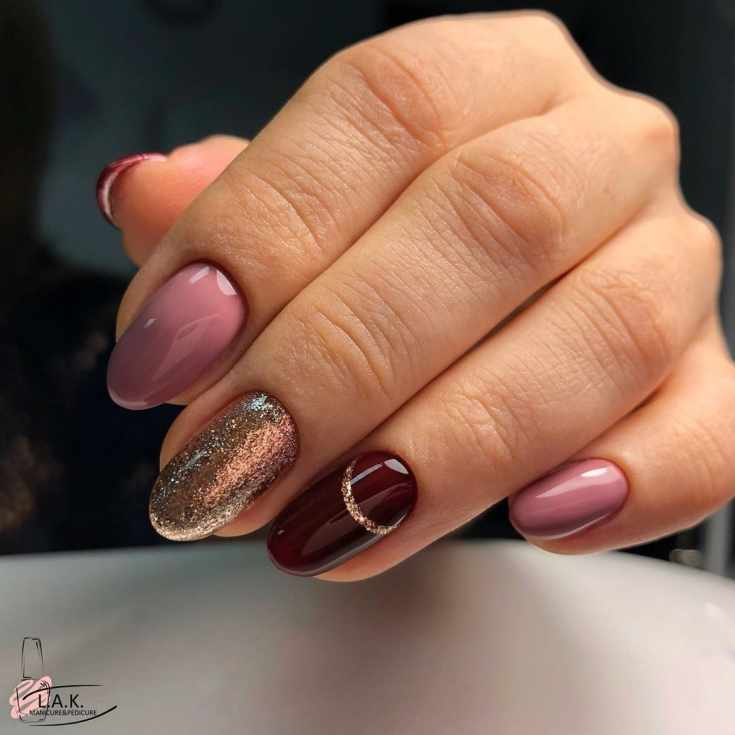 Бежевый с бордовым и золотистым маникюр на миндальные ногти средней длины с горизонтальной золотой полоской на безымянном пальце
