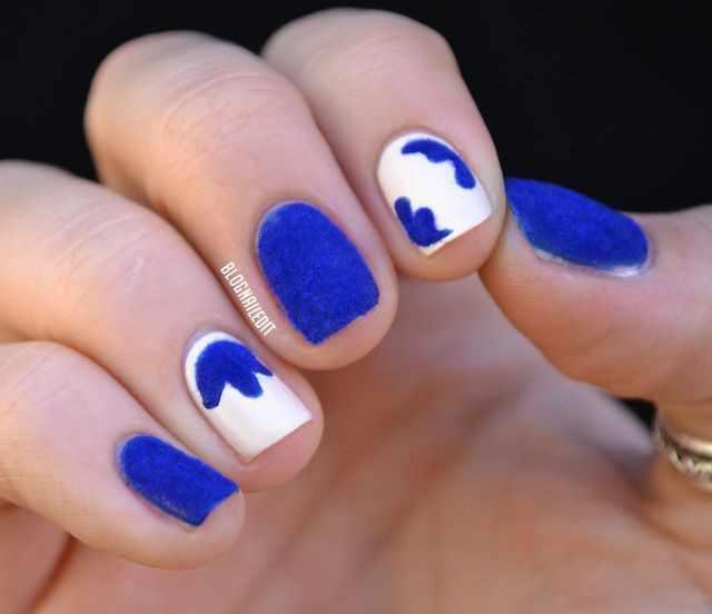 дизайн бархатных ногтей синий на белом velvet nail design